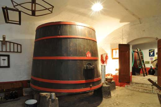 Casa Vecchia - Underground restored wine cellar with the original vats.