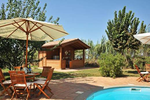 Casale Montecimbalo - Pool house, with a convenient kitchenette fridge and portable barbecue.