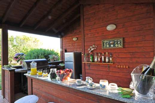 Casale Montecimbalo - Pool side kitchenette and bar.