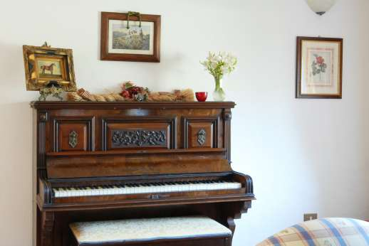 Casale Montecimbalo - Antique piano in the sitting room.