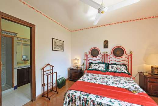 Casale Montecimbalo - First floor, double bedroom with TV and an en suite bathroom with shower.