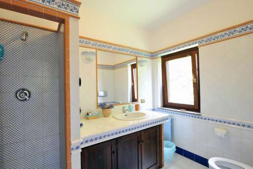 Casale Montecimbalo - The en suite bathroom.
