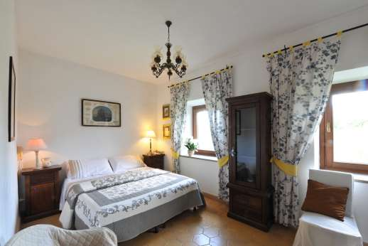 Casale Montecimbalo - A double bedroom.