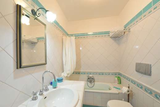 Casale Montecimbalo - One of the two shared bathrooms.