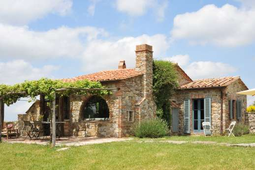 Casetta Termine - Charming stone cottage in a beautiful setting in souther tuscany with spectacular views and a private swimming pool. Cosy interiors, en suite bathrooms.
