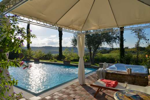 Colli Fiorentini - Shaded seating by the pool