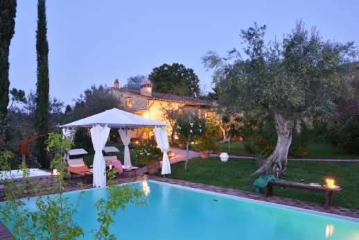 Colli Fiorentini - A well-kept garden with lawns leads down to a swimming pool and hot tub.
