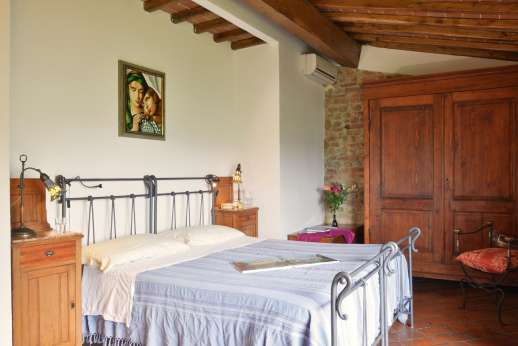 Colli Fiorentini - Air conditioned double bedroom on the first floor.