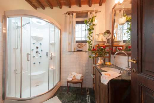 Colli Fiorentini - Bathroom with bath and shower.