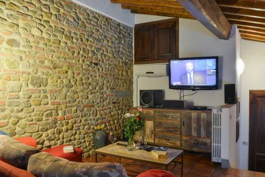 Colli Fiorentini - First floor sitting room on an interior balcony with large flat screen satellite TV with Sky channels and home cinema.