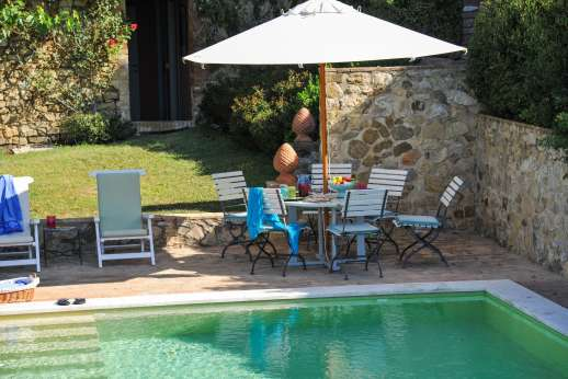 Geggianello - Pool terrace furnished with umbrellas and loungers.