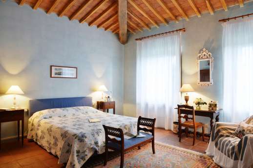 Geggianello - Another spacious air conditioned double bedroom with en suite bathroom.