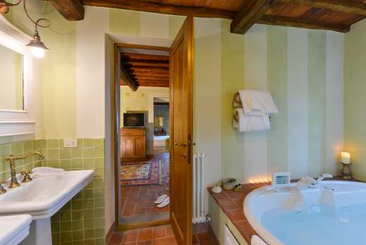 I Corbezzoli - Another jacuzzi bath-tub in the en suite bathroom.