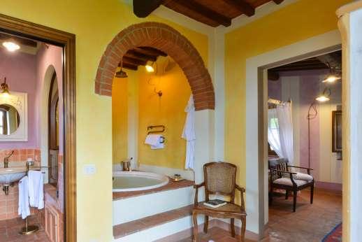 The en suite bath of Le Eriche.