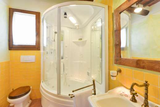 I Corbezzoli - A shot of the en suite bathroom to Le Quercie, with hydro sauna shower.