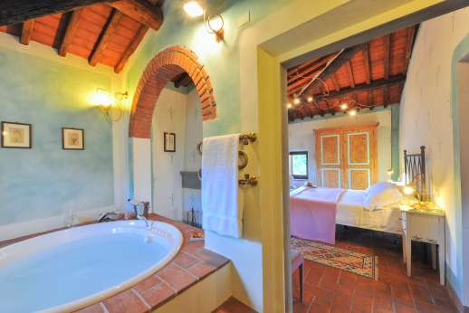 I Corbezzoli - Enjoy relaxing baths with views over the garden.