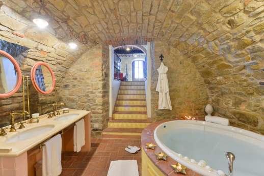 I Corbezzoli - The jacuzzi in the stone en suite bathroom to I Castagni.