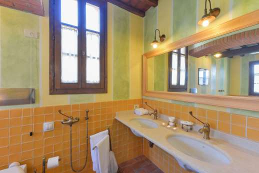 I Corbezzoli - The en suite bathroom with shower.