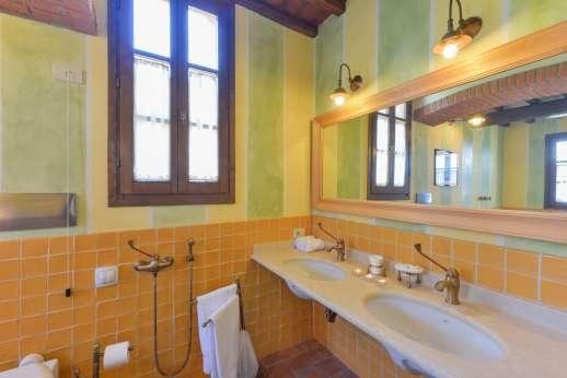 I Corbezzoli - The en suite bathroom with shower.