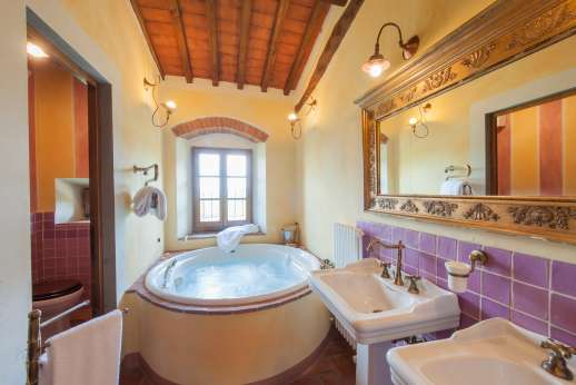 I Corbezzoli - The en suite bathroom with jacuzzi.