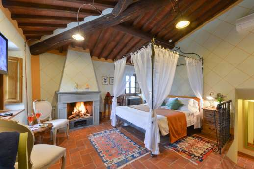 A Cooking Week at I Corbezzoli - The canopy bed of I Tigli. The bedrooms are all furnished to a very high standard.