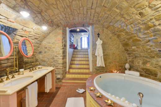 A Cooking Week at I Corbezzoli - The jacuzzi in the stone en suite bathroom to I Castagni.