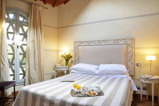 I Giullari - East wing first floor, air conditioned double bedroom with an en suite bathroom.