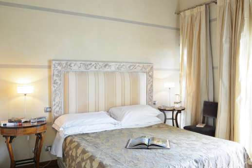 I Giullari - East wing first floor, double bedroom with air conditioning and en suite bathroom.