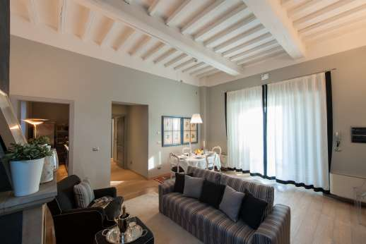 I Giullari - Independent suite, spacious lounge and dining area