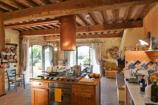 I Tre Cipressi - A large and well equipped kitchen with breakfast bar.
