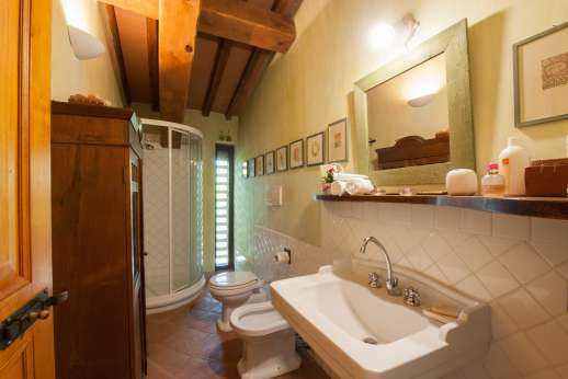 I Tre Cipressi - The shared bathroom.