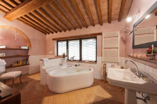 I Tre Cipressi - The private bathroom with Jacuzzi bath.