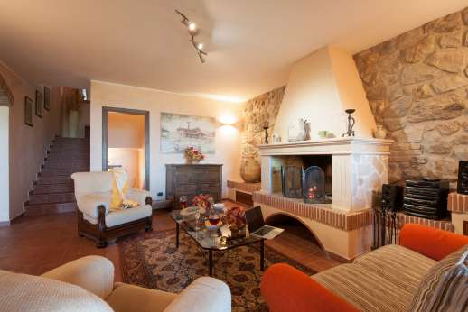 Il Chiesino - The sitting room with a working fireplace on the ground floor. Comfortable sofas to sit and relax at any time of the day.
