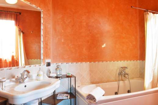 Il Chiesino - The en suite bathroom with with a hydromassage bath.
