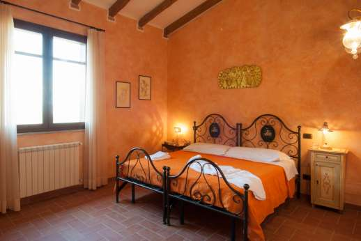 Il Chiesino - First floor air conditioned twin bedroom, which shares a bathroom with the triple bedroom.