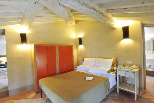 Il Cornello - Air-conditioned bedroom in the Mansarda, with en suite bathroom.