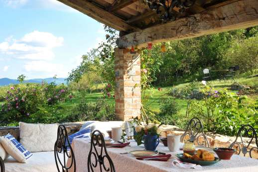 Il Fienile - A loggia with sitting and dining area.