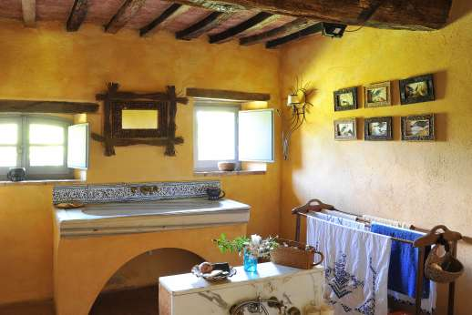 Il Fienile - The bathroom to the lower ground floor.