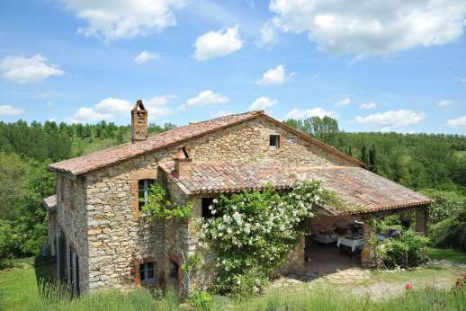 Il Fienile - A well-kept pretty garden surrounds the house.