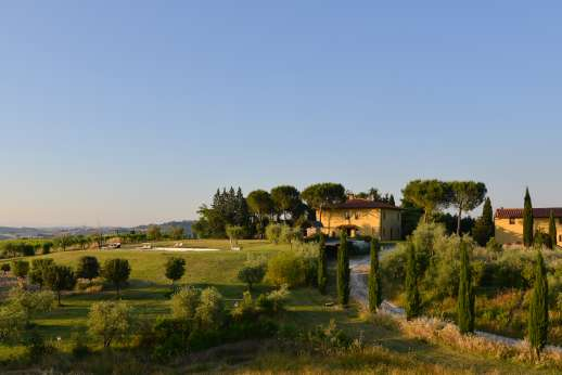 Il Renaccio - Il Renaccio and its large guest house sit in privacy on a soft, round hill top enclosed by beautiful lawns with olive trees.