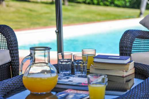 Il Renaccio - Relax by the pool with a cold glass of squash