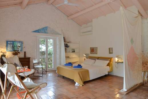 Isola Rossa - Very large room with a double bed