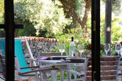 Isola Rossa - Peaceful garden with lemon trees