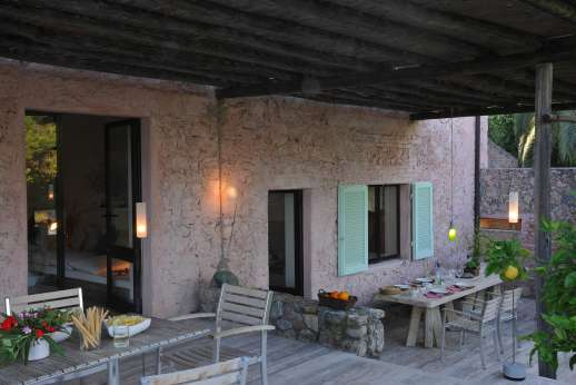 Isola Rossa - Dining table under the loggia. You can sit, relax and enjoy the delicious meals prepared by the resident cook.