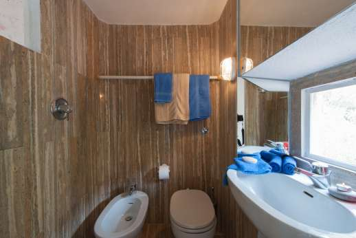 Isola Rossa - The en suite bathroom with shower.