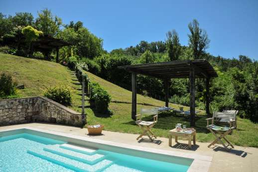 L'Olmo - Down to a swimming pool positioned at the edge of the lawn.