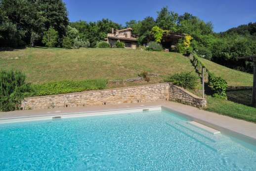 L'Olmo - The pool has steps and a shallow area suitable for children.
