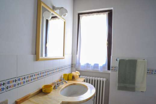 L'Olmo (x 4 people) with Staff and Cook - Bathroom with a bath.