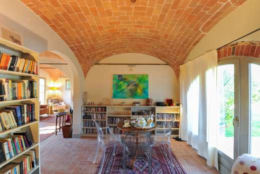 La Badiole - Library and dining area on the ground floor with access to the outside
