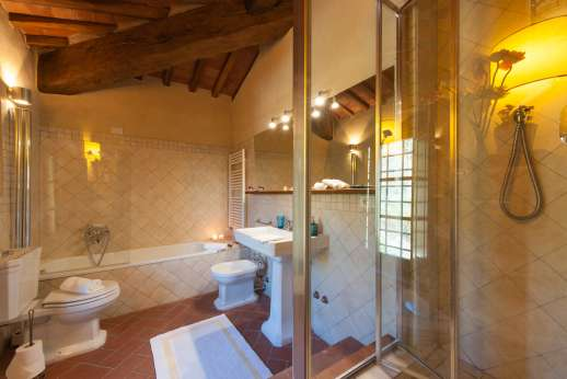 La Casa di Montegrossi - First floor bathroom en suite